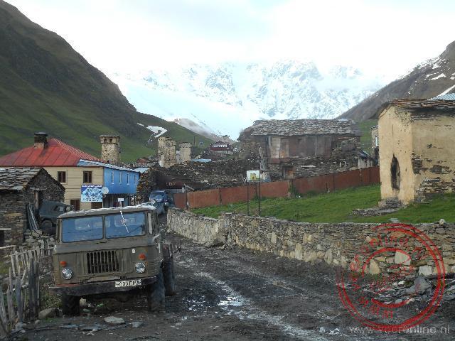 Modderige wegen in het bergdorp Ushguli