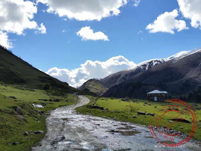 De weg van Ushguli naar Mestia