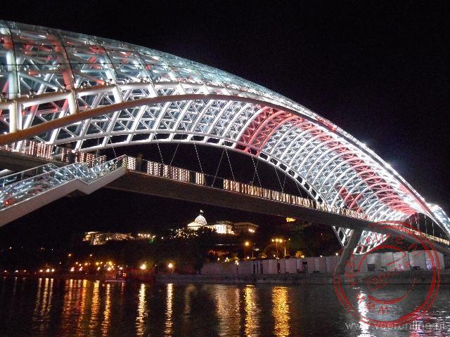 De Bridge of Peace in Tbilisi is verlicht in de kleuren van de Georgische vlag