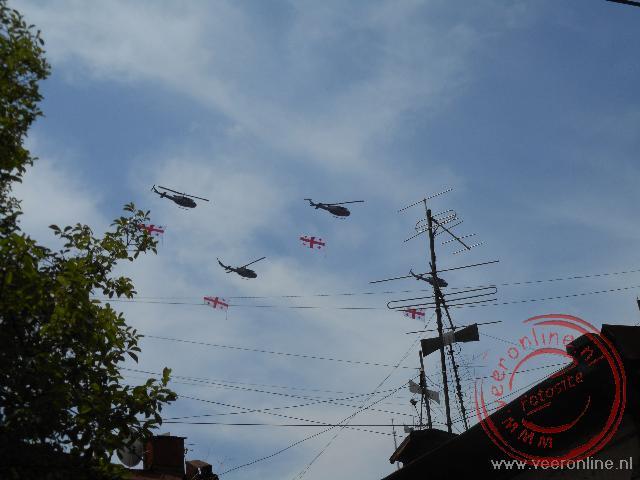 Helikopters met de Georgische vlag vliegen over de stad ter ere van de Onafhankelijkheidsdag