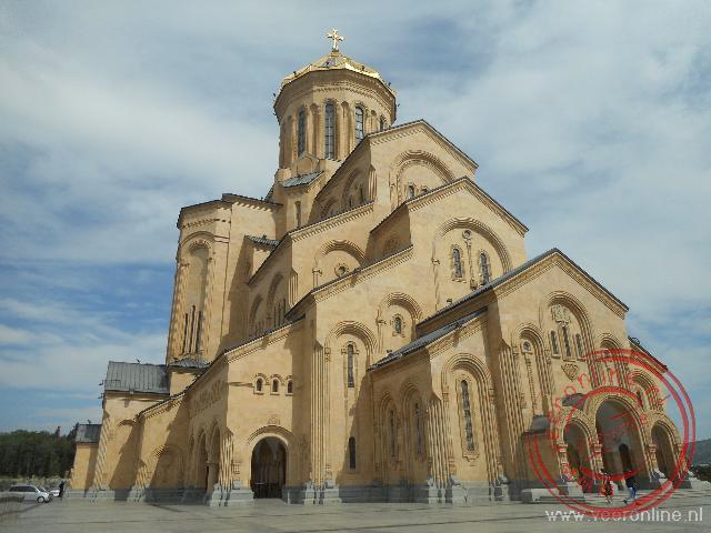 De Tsminda Sameba Kathedraal in Tbilisi is de grootste kathedraal van Georgië