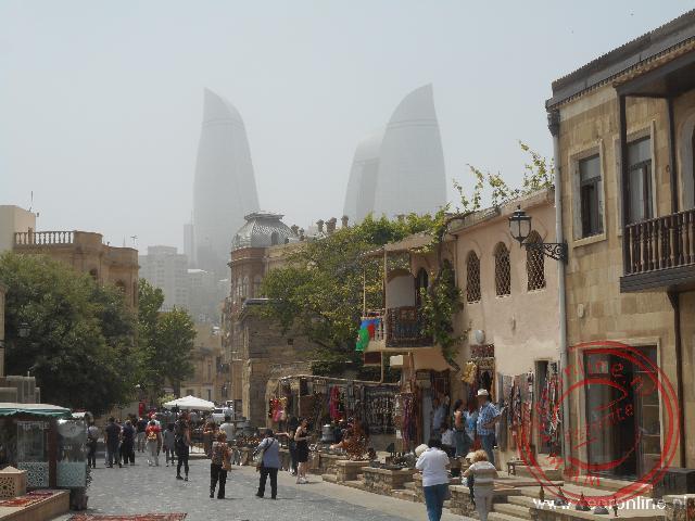 Het oude centrum van Baku met de Flaming Towers op de achtergrond