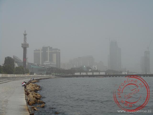 De kust van Baku is omgeven door smog