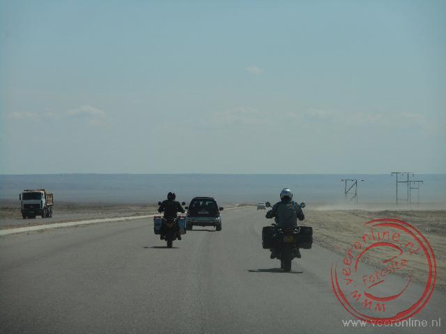 Rijden door de woestijn in Turkmenistan