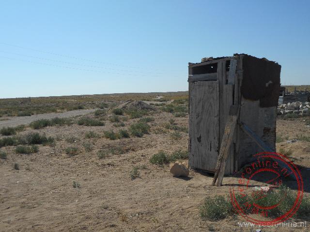 Een eenvoudig toilet op de terugweg van Yangykala canyon