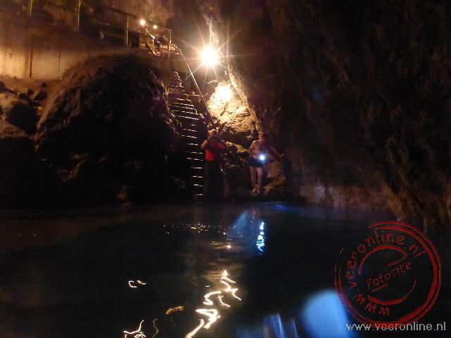 Zwemmen in het ondergrondse meer bij Köw Ata