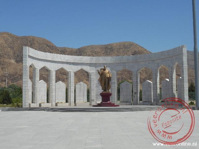 Een standbeeld van de voormalige leider Turkmenbashi