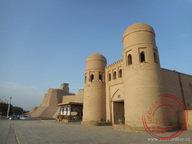 De indrukwekkende toegangspoort van de oude stad Khiva