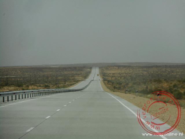 De eindeloze weg door de woestijn van Khiva naar Buchara