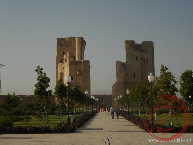 De restanten van de toegangspoort van het paleis van Timur Lenk
