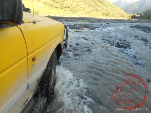 Een rivier crossing net over de grens in Kazachstan