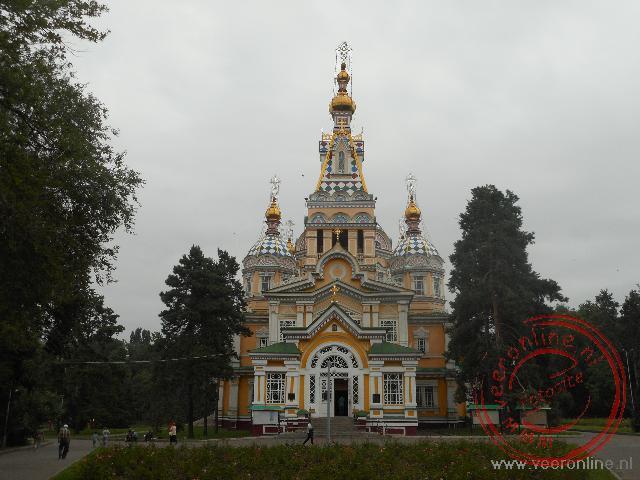 De kleurrijke Zenkov kathedraal in het Panfilov park in Almaty