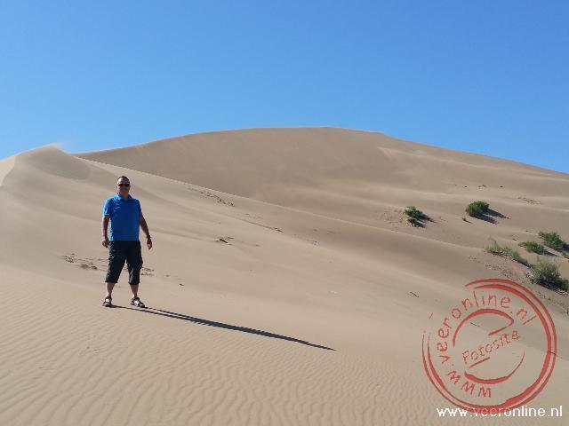 Beklimmen van de zandduin in Altyn Emel NP