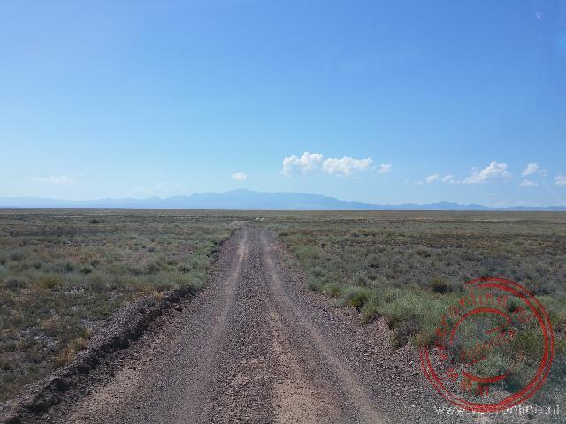 Een zandweg op weg naar de Aktay mountains