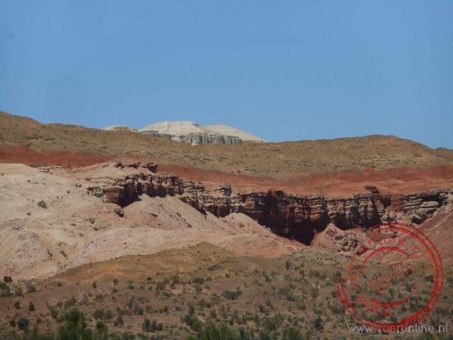 De kleurrijke Aktay mountains in het Altyn Emel NP