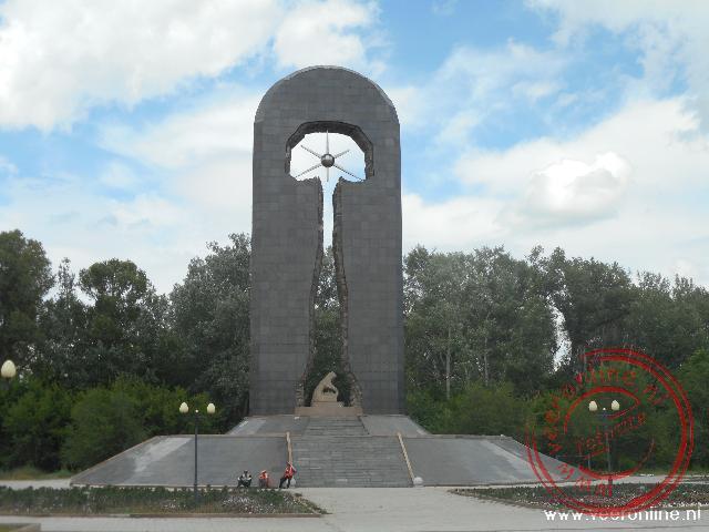 Het sombere dertig meter hoge monument in Semey voor de slachtoffers van de nucleaire proeven