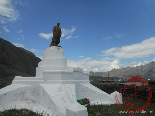 Een opvallend groot Lenin standbeeld in een klein dorpje in de Altai mountains