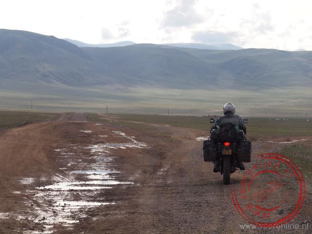Mongolië staat vooral bekend om de onverharde wegen
