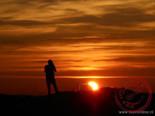 De prachtige zonsondergang bij Mongol Els