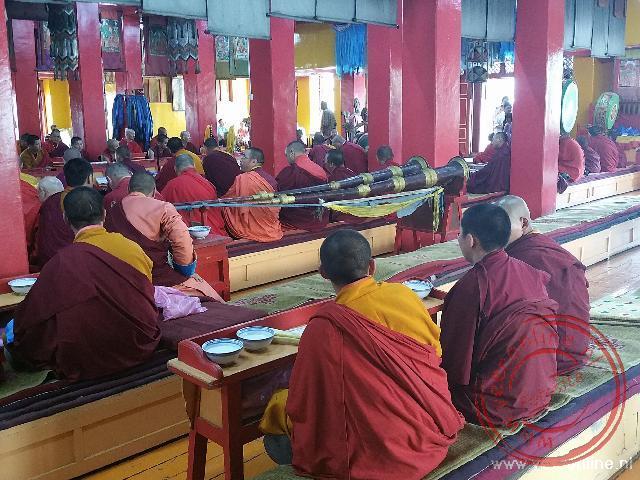 Monniken bidden in het Ganden Khiid klooster in Ulaanbataar
