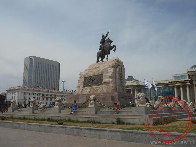 Het centrale Genghis Khan plein staat een standbeeld van Sükhbaatar op zijn paard