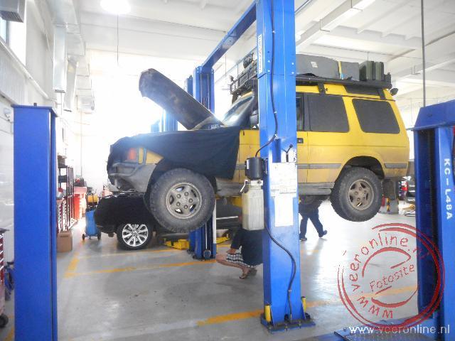 De voorvering wordt vervangen in de garage in Ulaanbataar