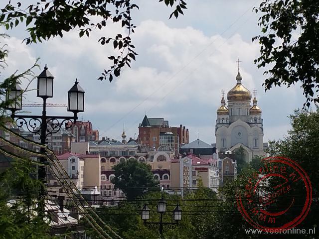 De gouden koepel van de Transfiguration Cathedral in Khabarovsk