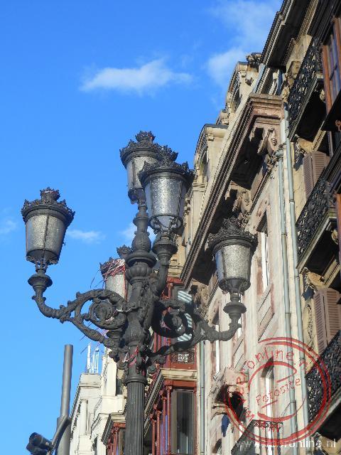 Een sfeervolle straatlantaarn in het oude centrum van Bilbao