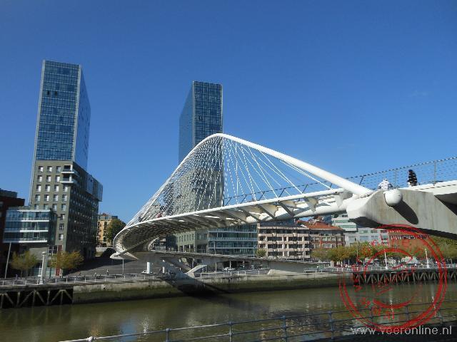 De moderne voetgangersbrug over de Ria rivier