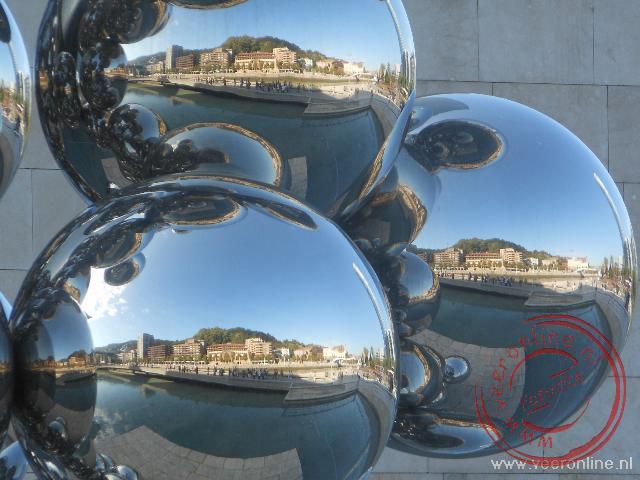 De overzijde van de Ria weerspiegelt in een kunstobject