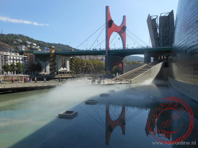 Uitzicht vanuit het museum op de rivier en brug