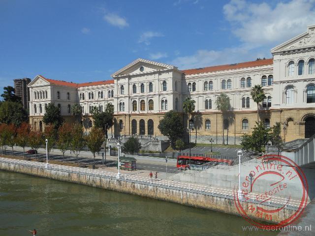 De universiteit van Bilbao aan de oever van de Ria