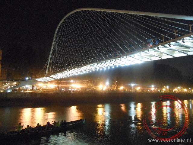 De moderne overbrugging over de rivier