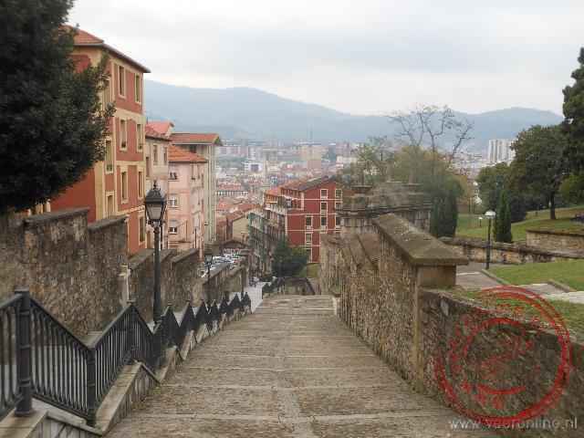 De lange trap leidt terug naar het oude centrum