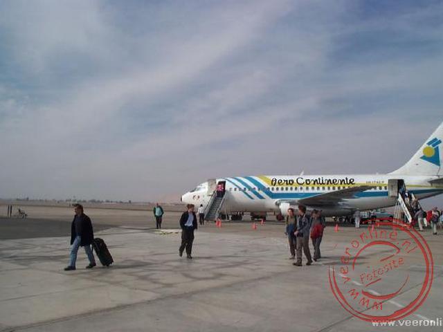 Het vliegtuig geland op het vliegveld van Tacna in de woestijn.