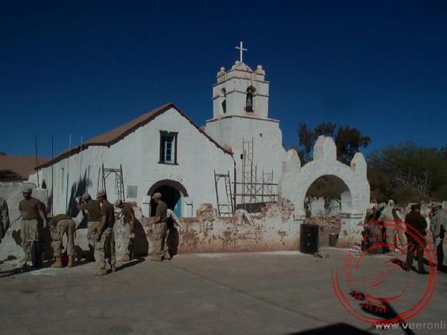 De koloniale kerk van San Pedro de Atacama uit 1641 werd geschilderd door de militairen