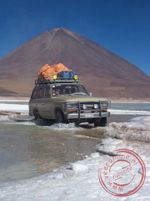 De Jeep rijdt tussen de twee meren van Laguna Verde door