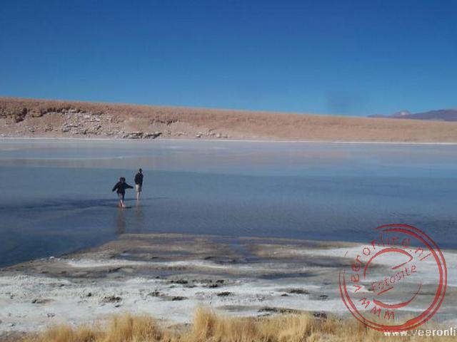Een wandeling in het meer nabij de warmwaterbron