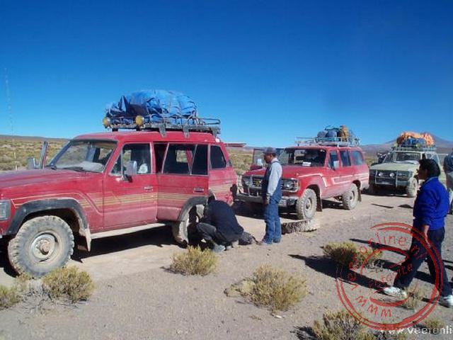 Het verwisselen van het wiel van de jeep.