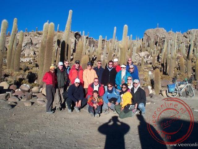 De groepsfoto op het cactuseiland in het zoutmeer van Uyuni