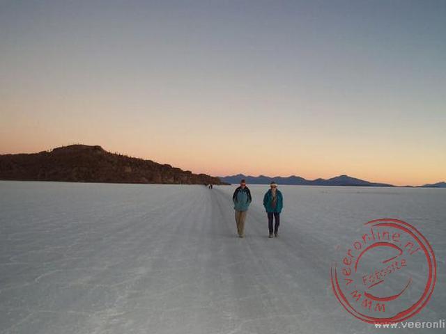 Een wandeling over het zoutmeer tijdens de ondergaande zon