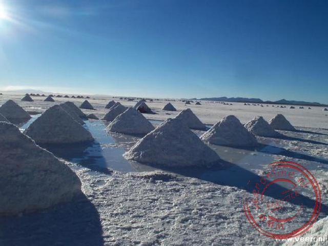 De zoutpiramides liggen te drogen in de zon