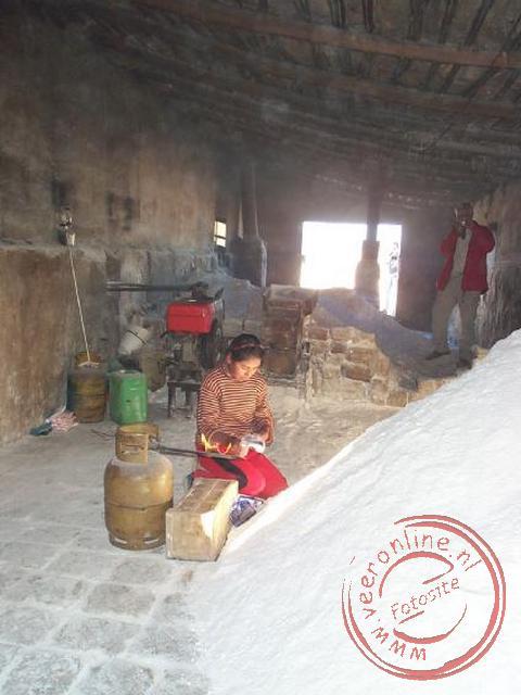 De verwerking van het gewonnen zout in de zoutfabriek van Colchani