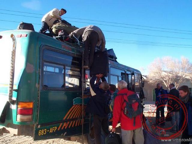 De bagage wordt opgeladen voor de bustocht van Uyuni naar Potosi