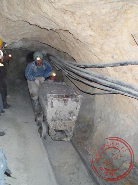 De mijnwerkers brengen het mijngruis naar buiten