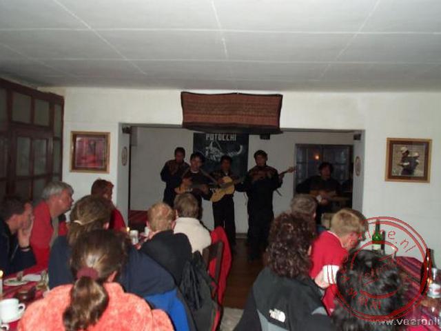 Een optreden van een Boliviaanse band tijdens het eten