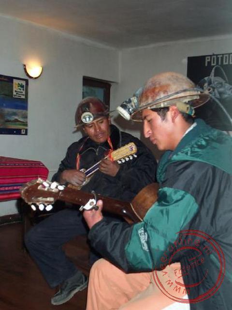 Als toegift een optreden van de mijnwerker die we vanmiddag bezocht hebben in de mijnen van Potosi