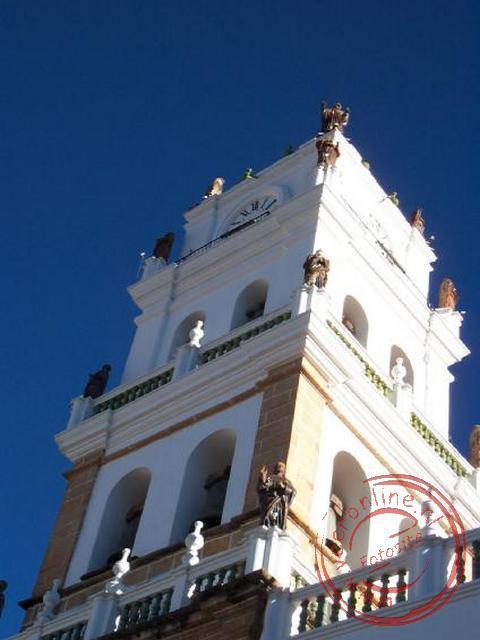 De practhige toren van de Kathedraal van Sucre aan het Plaza de Mayo