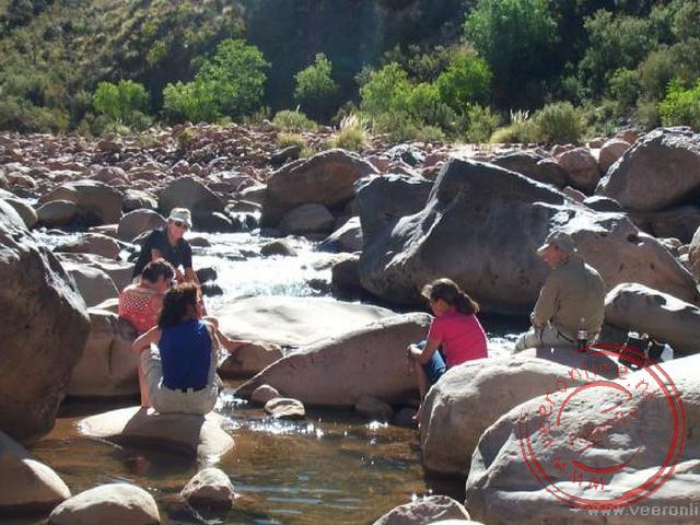 Een picknick aan de oever van de rivier de Chaunaca