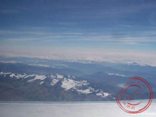 De besneeuwde toppen van de Andes vanuit het vliegtuig op weg naar La Paz